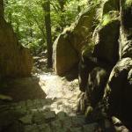 Wąskie przejście do zamku Chojnik