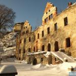 Ruiny pałacu na tle ruin zamku